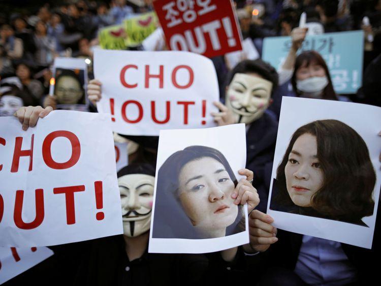 représentant Cho Hyun-ah et Cho Hyun-min, filles de Korean Air Lines & # 39; le président Cho Yang-ho alors qu'ils participent à une manifestation contre l'abus de pouvoir de leur part, dans le centre de Séoul, en Corée du Sud, le 4 mai 2018. REUTERS / Kim Hong-Ji PAS DE REVENTE. </span><br />         <span class=