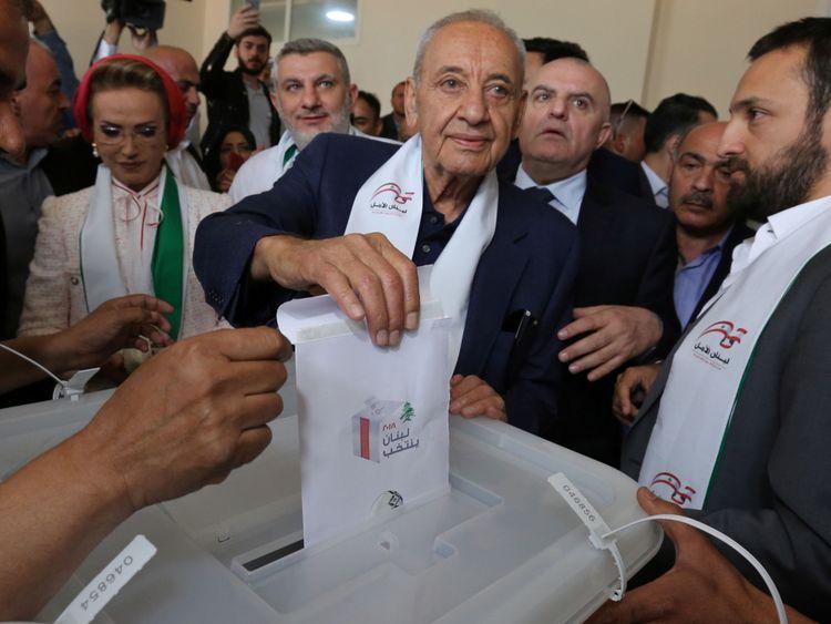 Le président du parlement libanais et candidat aux élections législatives Nabih Berri vote à un bureau de vote lors des élections parlementaires à Tibnin, au Sud Liban, le 6 mai 2018. REUTERS / Aziz Taher