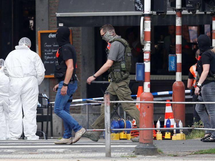 Des officiers légistes examinent la scène à Liège