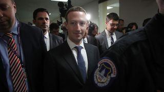 WASHINGTON, DC - AVRIL 09: Le PDG de Facebook Mark Zuckerberg (C) quitte le bureau de la sénatrice Dianne Feinstein (D-CA) après une rencontre avec Feinstein au Capitole en avril 9, 2018 à Washington, DC. M. Zuckerberg rencontre des sénateurs avant l'audience prévue demain devant les comités sénatoriaux de la magistrature et du commerce. (Photo par Win McNamee / Getty Images)