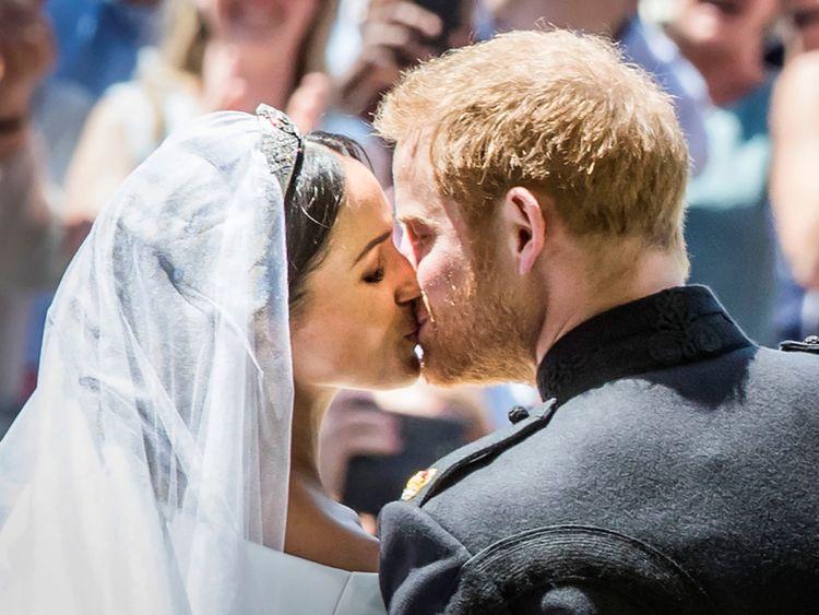 Meghan Markle et Prince Harry s'embrassent sur les marches de St George & # 39; s Chapelle