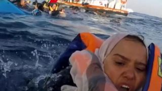 "Migrants sauvés par les garde-côtes italiens après que le bateau a chaviré ""srcset ="" https://e3.365dm.com/18/04/320x180/skynews-migrants-rescue_4291611.jpg?20180424152737 320w, https: //e3.365dm. com / 18/04 / 640x380 / skynews-migrants-sauvetage_4291611.jpg? 20180424152737 640w, https://e3.365dm.com/18/04/736x414/skynews-migrants-rescue_4291611.jpg?20180424152737 736w, https: // e3.365dm.com/18/04/992x558/skynews-migrants-rescue_4291611.jpg?20180424152737 992w, https://e3.365dm.com/18/04/1096x616/skynews-migrants-rescue_4291611.jpg?20180424152737 1096w, https://e3.365dm.com/18/04/1600x900/skynews-migrants-rescue_4291611.jpg?20180424152737 1600w, https://e3.365dm.com/18/04/1920x1080/skynews-migrants-rescue_4291611.jpg ? 20180424152737 1920w, https://e3.365dm.com/18/04/2 048x1152 / skynews-migrants-rescue_4291611.jpg? 20180424152737 2048w ""tailles ="" (min-largeur: 900px) 992px, 100vw"