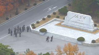 """Les soldats nord-coréens tiennent des fusils et se rassemblent du côté nord-coréen de l'aire de sécurité commune dans la zone démilitarisée """"srcset ="""" https: // e3 .365dm.com / 17/11 / 320x180 / skynews-nord-corée-defecting-soldat-shot_4162861.jpg? 20171122090639 320w, https://e3.365dm.com/17/11/640x380/skynews-north-korea- defecting-soldat-shot_4162861.jpg? 20171122090639 640w, https://e3.365dm.com/17/11/736x414/skynews-north-korea-defecting-soldier-shot_4162861.jpg?20171 122090639 736w, https://e3.365dm.com/17/11/992x558/skynews-north-korea-defecting-soldier-shot_4162861.jpg?20171122090639 992w, https://e3.365dm.com/17/11/ 1096x616 / skynews-north-corée-defecting-soldat-shot_4162861.jpg? 20171122090639 1096w, https://e3.365dm.com/17/11/1600x900/skynews-north-korea-defecting-soldier-shot_4162861.jpg?20171122090639 1600w, https://e3.365dm.com/17/11/1920x1080/skynews-north-korea-defecting-soldier-shot_4162861.jpg?20171122090639 1920w, https://e3.365dm.com/17/11/2048x1152 /skynews-north-korea-defecting-soldier-shot_4162861.jpg?20171122090639 2048w """"tailles ="""" (min-largeur: 900px) 992px, 100vw"""