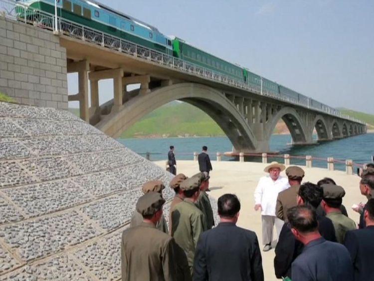 Kim Jong Un inspecte un pont ferroviaire
