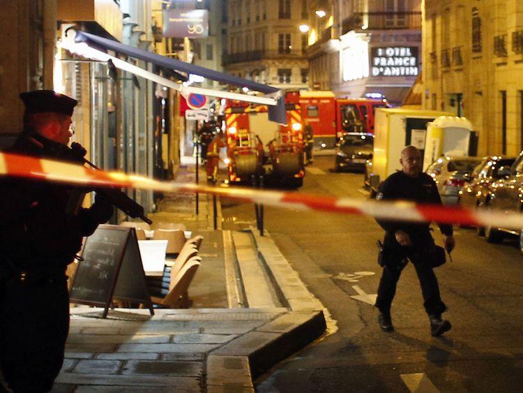 Les policiers bouclent la zone après l'attaque