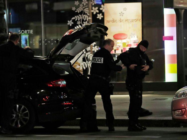 Les policiers portent leur équipement au centre de Paris après qu'une personne a été tuée et plusieurs blessés par un homme armé d'un couteau, qui a été abattu par la police à Paris le 12, 2018. - L'attaque a eu lieu près de l'opéra principal de la ville, la police a indiqué que l'agresseur avait été «vaincu» et que ses motivations étaient inconnues (Photo de Thomas SAMSON / AFP) ( Crédit photo devrait lire THOMAS SAMSON / AFP / Getty Images)