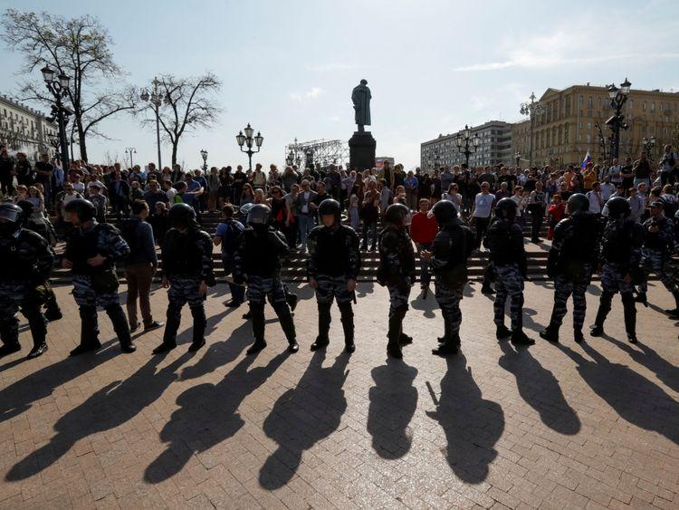 Officiers à côté du monument au poète russe Alexander Pouchkine