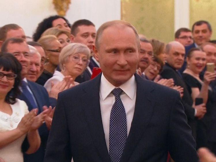Poutine sourit aux participants au Grand Palais du Kremlin