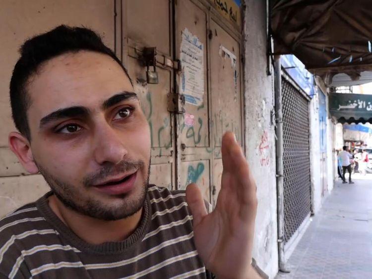 """Rajaee El Jaro, musicien et propriétaire d'une boutique à Gaza vendant des instruments de musique et Rajaee El Jaro espère que sa musique sera plus importante que la violence </span><br />       </figcaption></figure> </div> <p> Rajaee El Jaro est musicien et possède une boutique de vente d'instruments de musique et de matériel photographique. Il est jeune, a appris son anglais parfait en écoutant de la musique et croit qu'il a un avenir à travers la protestation du genre non-violent. </p> <p> """"Ma musique sera plus importante que toute la violence"""", m'a-t-il dit. les anciennes rues de la ville de Gaza. </p> <p> """"Nous ne pouvons pas gagner comme ça, le pouvoir et l'emprise israéliens sont trop forts."""" </p> <p> Mais il comprend pourquoi les manifestations sont de plus en plus soutenues. pour aller là-bas parce qu'ils ont atteint la limite, ils sont prêts à mourir pour retrouver toute sorte de dignité simple, à mon avis, c'est fou, je ne vais pas aller là-bas pour être honnête avec vous. </p> <p> """"Je suis une personne, un sentiment, un être, pas une statistique"""", a-t-il dit. </p> <div class="""