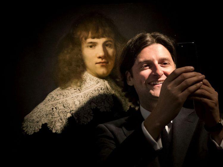 Le marchand d'art et historien d'Amsterdam Jan Six (R) prend un selfie & # 39; comme il se tient à côté de & # 39; Portrait d'un jeune gentilhomme & # 39; par Rembrandt van Rijn