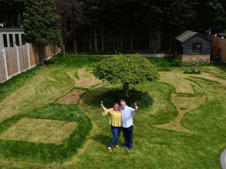 Sue Richards, 51 ans, et Barry Maddox, 58 ans, dans leur jardin