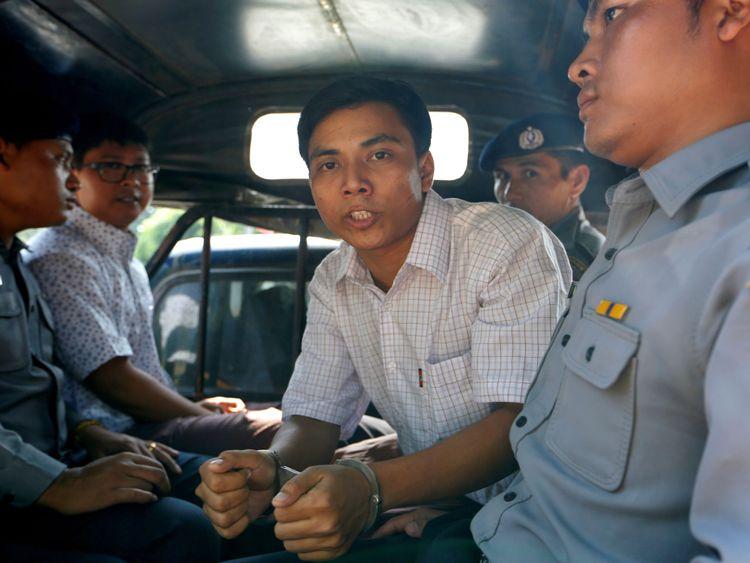 . Kyaw Soe Oo (R) et Wa Lone (L) sont transportés dans un véhicule de police après une audience ...