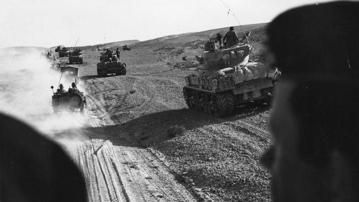 Les forces israéliennes avancent dans des chars dans le désert du Sinaï en 1967 pendant la guerre des Six Jours </span><br />         <span class=