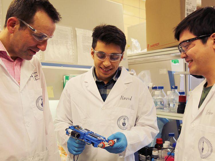 De gauche à droite, le professeur associé Axel Guenther, Navid Hakimi et Richard Cheng ont créé la première 'imprimante de peau' application aux plaies. Crédit: Liz Do