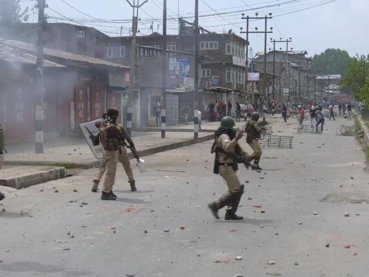 Les habitants descendent dans les rues du Cachemire méridional