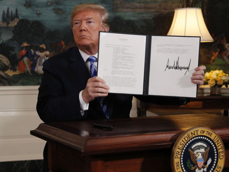 Donald Trump parle après avoir annoncé son intention de se retirer du noyau JCPOA Iran r accord dans la salle diplomatique à la Maison Blanche à Washington, États-Unis, 8 mai 2018. REUTERS / Jonathan Ernst