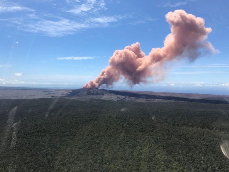 Un panache de cendre s'élève du Kilauea Volcano, l'un des cinq sur l'île, après une série de tremblements de terre