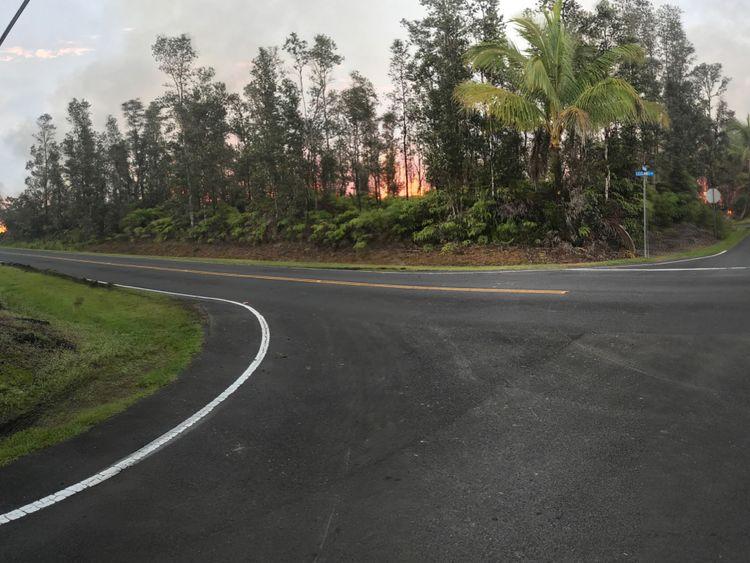 La lave émerge du sol après l'éruption du volcan Kilauea, sur la grande île d'Hawaï
