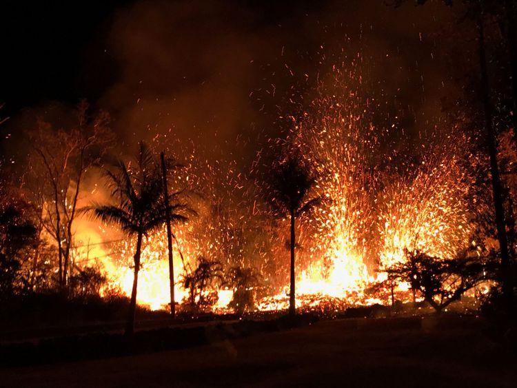 HAWAII-VOLCANO / RTS1Q3CD6 mai 2018 ÉTATS-UNISUne nouvelle fissure projetant des fontaines de lave atteignant environ 230 pieds (70 m), selon United States Geological Survey, est montrée de Luana Street à Leilani Estates subdivision sur la partie inférieure du Rift Zone du Kilauea Volcano à Hawaii, É.-U., 5 mai 2018. Photo prise le 5 mai 2018. US Geological Survey / Document distribué par REUTERS ATTENTION EDITEURS - CETTE IMAGE A ÉTÉ FOURNIE PAR UN TIERS. [19659005] Kilauea est entré en éruption continuellement depuis 1983 </span><br />       </figcaption></figure> </div> <p> Kilauea l'un des volcans les plus actifs du monde, est entré en éruption continuellement depuis 1983. </p> <p> L'observatoire du volcan hawaïen de l'USGS a publié un avis à la mi-avril qu'il y avait signes de pression construire dans le magma souterrain, et un nouvel évent pourrait se former sur le cône ou le long de ce qu'on appelle la zone du Rift Est </p> <p> Leilani Estates se trouve le long de la zone. </p> </p></div> </pre>    </div><!-- END Post Content. -->  <footer>  <div class=