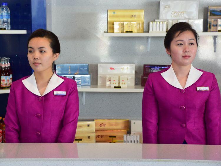 Deux Nord-Coréennes dans un kiosque d'aéroport à Wonsan. Pic: Michael Greenfield