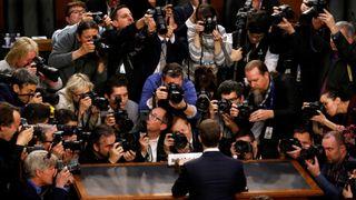 """Le PDG de Facebook, Mark Zuckerberg, est entouré par les médias lorsqu'il arrive pour témoigner devant une audience conjointe du Comité Judiciaire et Commercial du Sénat concernant l'utilisation et la protection des données des utilisateurs sur le Capitole à Washington, États-Unis, 10 avril 2018. REUTERS / Leah Millis """"srcset ="""" https://e3.365dm.com/18/04/320x180/skynews-zuckerberg-facebook_4279968.jpg?20180411174845 320w, https://e3.365dm.com/ 18/04 / 640x380 / skynews-zuckerberg-facebook_4279968.jpg? 20180411174845 640w, https://e3.365dm.com/18/04/736x414/skynews-zuckerberg-facebook_4279968.jpg?20180411174845 736w, https: // e3. 365dm.com/18/04/992x558/skynews-zuckerberg-facebook_4279968.jpg?20180411174845 992w, https://e3.365dm.com/18/04/1096x616/skynews-zuckerberg-facebook_4279968.jpg?20180411174845 1096w, https: //e3.365dm.com/18/04/1600x900/skynews-zuckerberg-facebook_4279968.jpg?20180411174845 1600w, https://e3.365dm.com/18/04/1920x1080/skynews-zuckerberg-facebook_4279968.jpg?20 180411174845 1920w, https://e3.365dm.com/18/04/2048x1152/skynews-zuckerberg-facebook_4279968.jpg?20180411174845 2048w """"tailles ="""" (min-largeur: 900px) 992px, 100vw"""