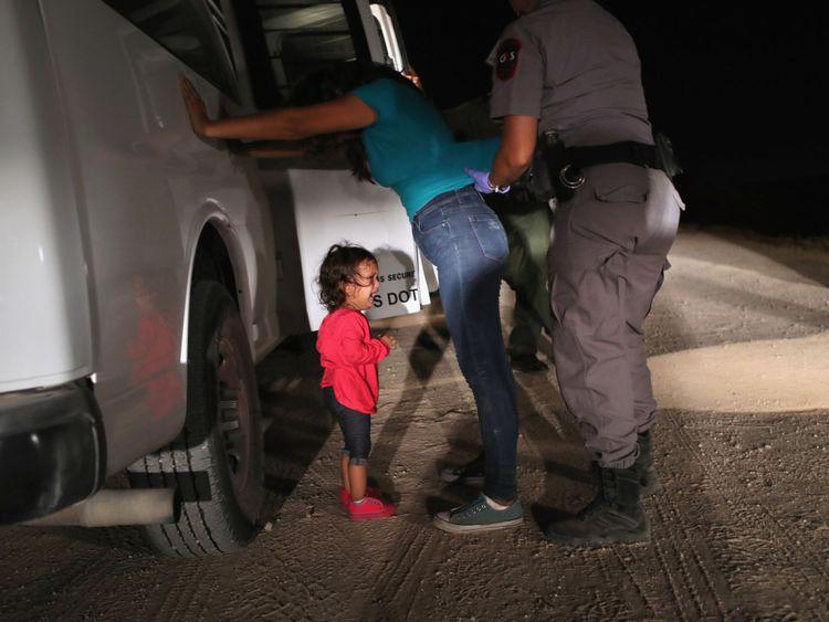 Un enfant pleure quand sa mère est fouillée à la frontière