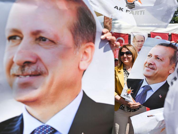 Les gens tiennent des affiches de M. Erdogan lors d'un rassemblement le 20 juin