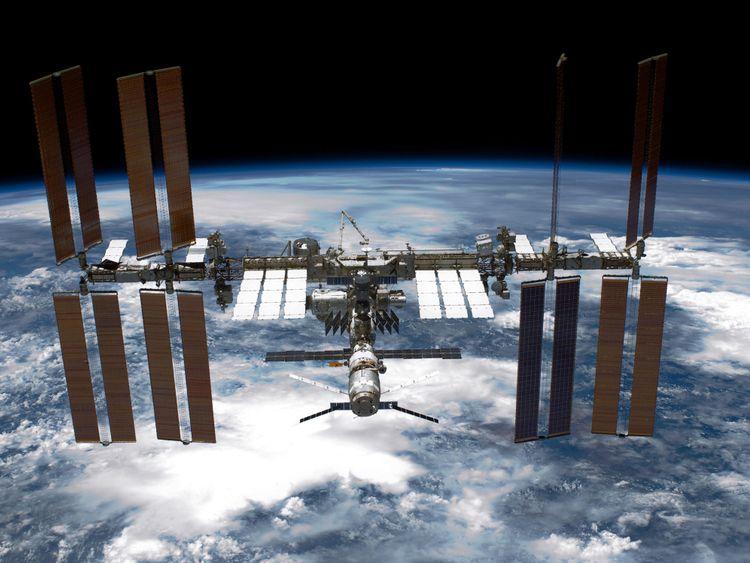 DANS L'ESPACE - 29 MAI: Dans ce document distribué par la NASA, la navette spatiale internationale Endeavour voit la navette spatiale de la NASA quitter la station spatiale internationale. leur séparation relative post-désamarrage 29 mai 2011 dans l'espace. Après 20 ans, 25 missions et plus de 115 millions de miles dans l'espace, la navette spatiale Endeavour de la NASA est sur la dernière étape de son dernier vol vers la Station Spatiale Internationale