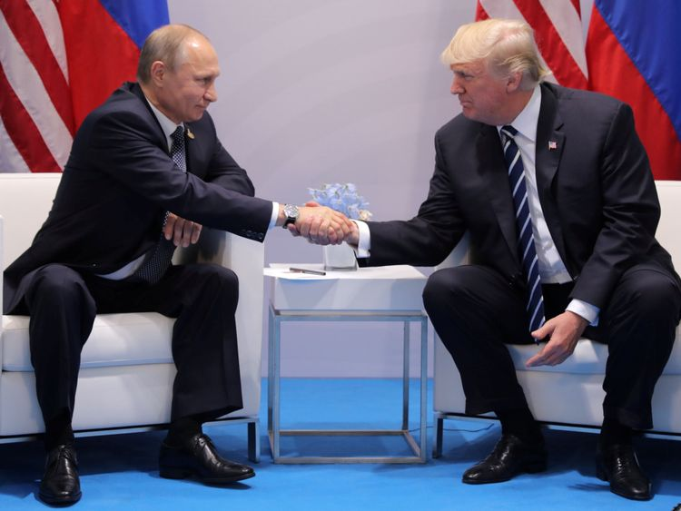 Le président américain Donald Trump serre la main du président russe Vladimir Poutine lors de sa réunion bilatérale au sommet du G20 à Hambourg