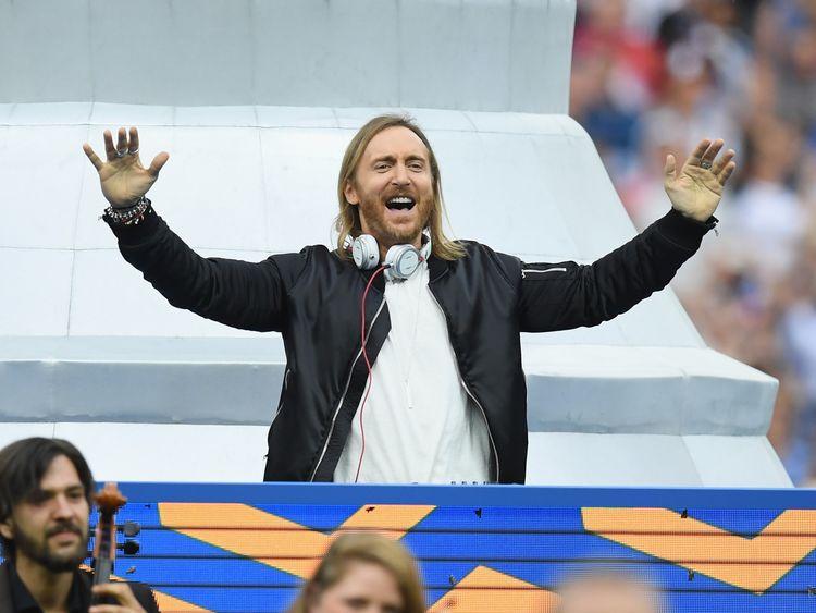 David Guetta se produit lors de la cérémonie de clôture avant la finale de l'Euro 2016 entre le Portugal et la France