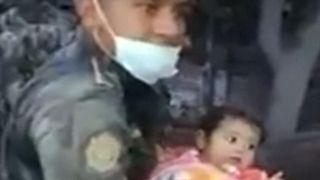 """Un bébé est sauvé d'une maison dans les environs Volcan de Fuego """"srcset ="""" https://e3.365dm.com/18/06/320x180/skynews-baby-guatemala-rescue_4329095.jpg?20180606062553 320w, https://e3.365dm.com/18/06/ 640x380 / skynews-baby-guatemala-rescue_4329095.jpg? 20180606062553 640w, https: //e3.365dm.c om / 18/06 / 736x414 / skynews-bébé-guatemala-rescue_4329095.jpg? 20180606062553 736w, https://e3.365dm.com/18/06/992x558/skynews-baby-guatemala-rescue_4329095.jpg?20180606062553 992w, https://e3.365dm.com/18/06/1096x616/skynews-baby-guatemala-rescue_4329095.jpg?20180606062553 1096w, https://e3.365dm.com/18/06/1600x900/skynews-baby-guatemala -rescue_4329095.jpg? 20180606062553 1600w, https://e3.365dm.com/18/06/1920x1080/skynews-baby-guatemala-rescue_4329095.jpg?20180606062553 1920w, https://e3.365dm.com/18/06 /2048x1152/skynews-baby-guatemala-rescue_4329095.jpg?20180606062553 2048w """"tailles ="""" (min-largeur: 900px) 992px, 100vw"""