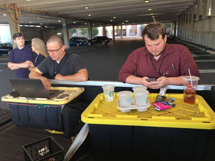 Le reporter de la Capital Gazette, Chase Cook (R), et le photographe Joshua McKerrow (L) travaillent sur le journal des prochains jours en attendant les nouvelles de leurs collègues d'Annapolis