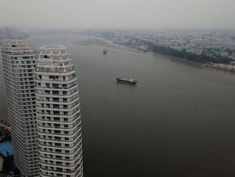 Appartements à Dandong par rapport au côté nord-coréen moins développé de la rivière