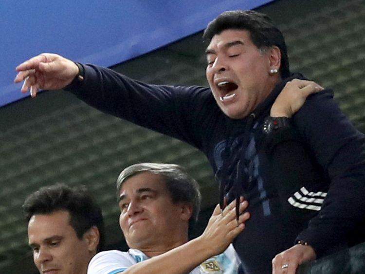 Saint-Pétersbourg, Russie - 26 juin: Diego Armando Maradona est vu dans les gradins lors du match du groupe D de la Coupe du Monde de la FIFA 2018 entre le Nigeria et l'Argentine au Stade de Saint-Pétersbourg le 26 juin 2018 à Saint-Pétersbourg, Russie. (Photo par Alex Livesey / Getty Images)