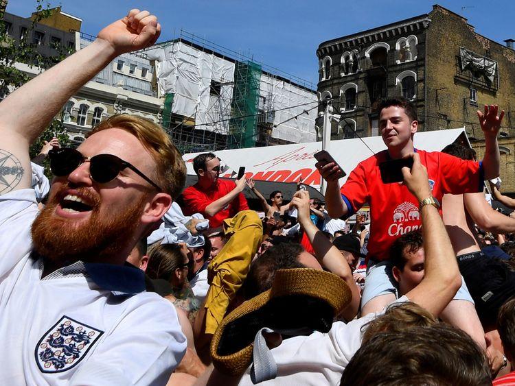 Les fans d'Angleterre à Londres célèbrent les scores de l'équipe