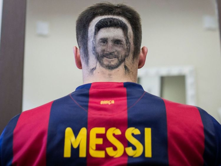 Un fan de football arbore un tatouage représentant le portrait du footballeur argentin Lionel Messi