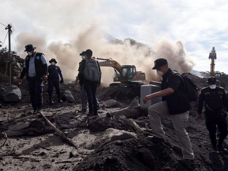Des policiers recherchent des victimes de l'éruption du volcan Fuego