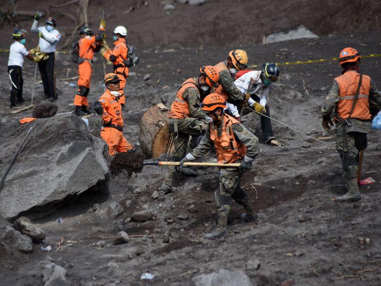 Des pompiers volontaires cherchaient des victimes