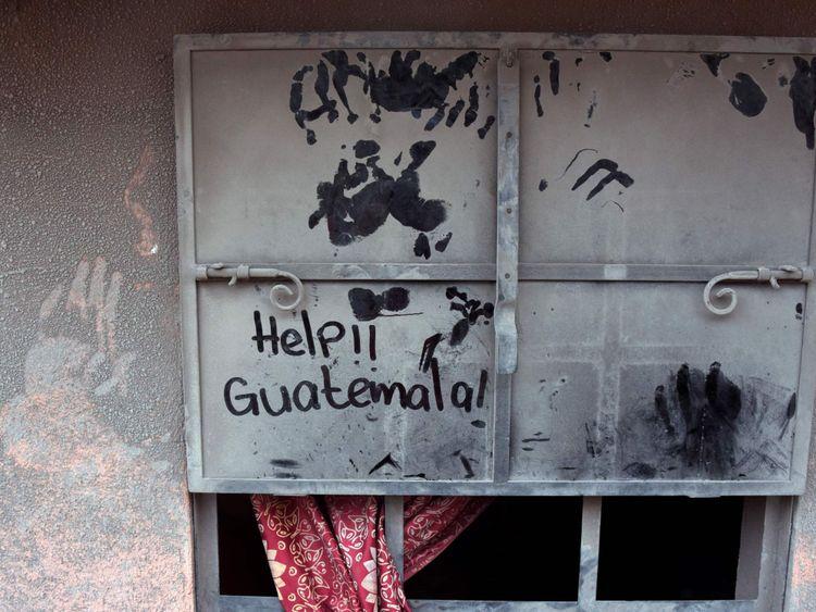Volcan du Guatemala: Une fenêtre couverte de cendres dans le village de S un Miguel Los Lotes, qui a également été inondé de boue chaude qui est descendue du volcan Fuego, dans le département d'Escuintla