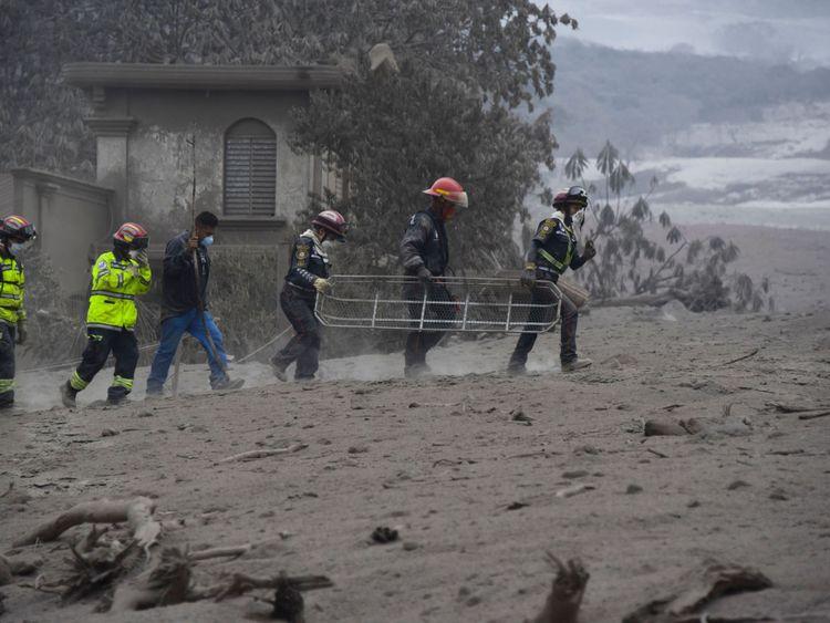 Les sauveteurs recherchent des victimes à San Miguel Los Lotes [19659006] </span><br />         <span class=