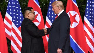 "Le leader nord-coréen Kim Jong Un (L) serre la main du président américain Donald Trump ( R) au début de leur sommet historique entre les Etats-Unis et la Corée du Nord, à l'hôtel Capella sur l'île de Sentosa à Singapour le 12 juin 2018. - Donald Trump et Kim Jong Un sont devenus le 12 juin les premiers dirigeants américains et nord-coréens à se rencontrer, serrer la main et négocier Pour mettre fin à une impasse nucléaire de plusieurs décennies ""srcset ="" https://e3.365dm.com/18/06/320x180/skynews-handshake-korea-trump_4333765.jpg?20180612021311 320w, https: // e3. 365dm.com/18/06/640x380/skynews-handshake-korea-trump_4333765.jpg?20180612021311 640w, https://e3.365dm.com/18/06/736x414/skynews-handshake-korea-trump_4333765.jpg?20180612021311 736w, https://e3.365dm.com/18/06/992x558/skynews-handshake-korea-trump_4333765.jpg?20180612021311 992w, https://e3.365dm.com/18/06/1096x616/skynews-handshake -korea-trump_4333765.jpg? 20180612021311 1096w, https://e3.365dm.com/18/06/1600x900/skynews-handshake-korea-trump_4333765.jpg?20180612021311 1600w, https://e3.365dm.com/18 /06/1920x1080/skynews-handshake-korea-trump_4333765.jpg?20180612021311 1920w, https://e3.365dm.com/18/06/2048x1152/skynews-handshake-korea-trump_4333765.jpg?20180612021311 2048w ""sizes ="" (min-largeur: 900px) 992px, 100vw"