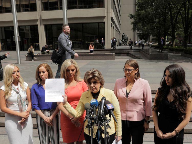 L'avocate Gloria Allred détient la lettre envoyée à la NFL au nom de plusieurs ex-cheerleaders des Houston Texans