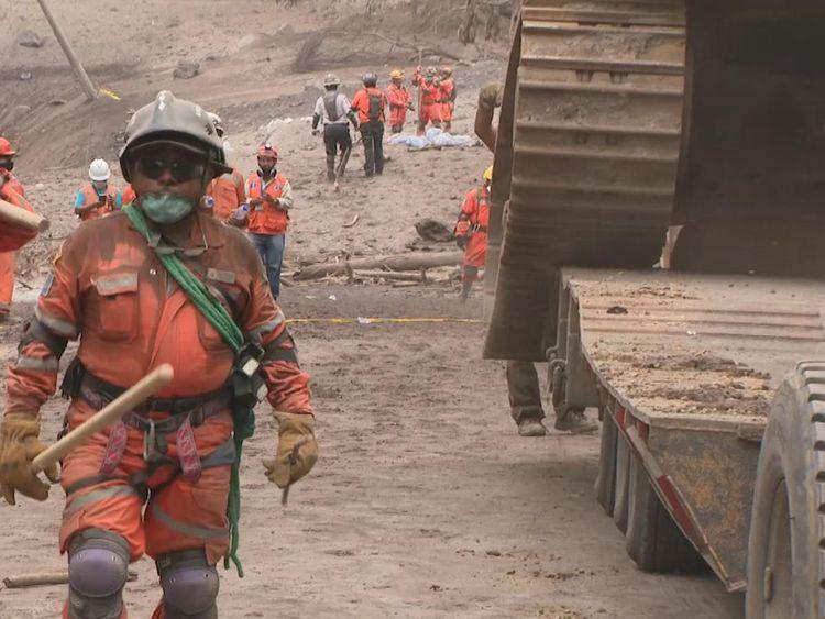 Une excavatrice arrive pour aider au creusement
