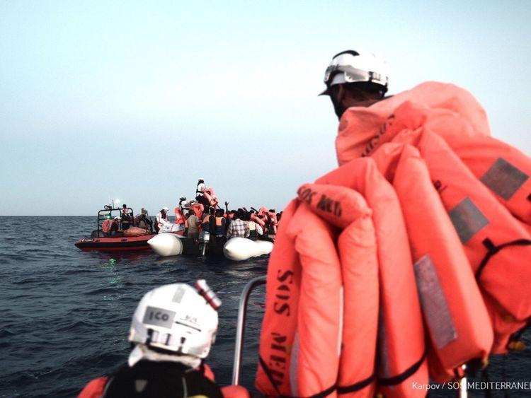 """Italy & # 39; Le nouveau ministre de l'Intérieur, Matteo Salvini, a déclaré dimanche que Malte ne pouvait pas continuer à """"détourner les yeux"""" et l'a exhorté à ouvrir ses ports à un navire de sauvetage des ONG qui se trouve en Méditerranée avec des centaines de personnes à son bord. Crédit: MSF / SOS Méditerranée"""