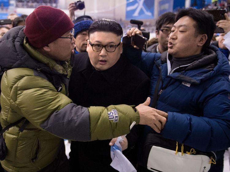 Un imitateur de Kim Jong Un est expulsé dans la dernière période des femmes. s match préliminaire de hockey sur glace entre le Japon et l'équipe coréenne unifiée lors des Jeux olympiques d'hiver de 2018 à Pyeongchang, au centre de hockey Kwandong, à Gangneung, le 14 février 2018.