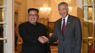 Le leader de la Corée du Nord Kim Jong Un est accueilli par le premier ministre de Singapour Ministre Lee Hsien Loong