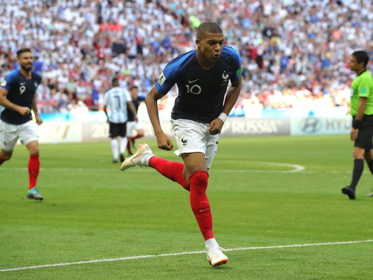 Kylian Mbappe célèbre mettre la France en tête