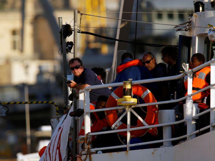 Le capitaine Claus-Peter Reisch est vu à bord du bateau de charité Lifeline