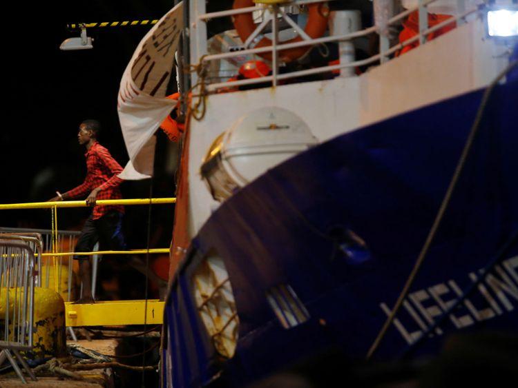 Un migrant débarque du navire de charité Lifeline at Boiler Wharf à Senglea