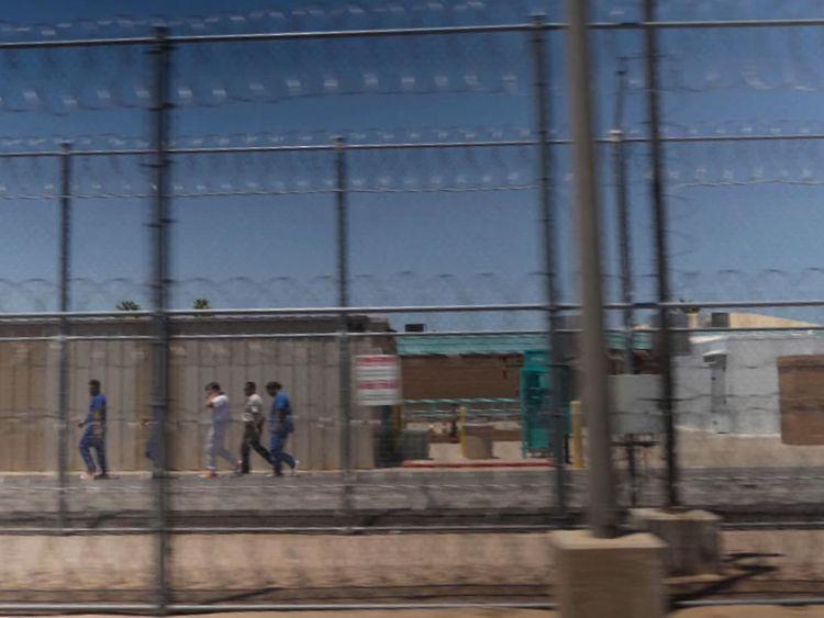 Ceux qui entrent illégalement aux États-Unis se retrouvent souvent dans des centres de détention dans le désert